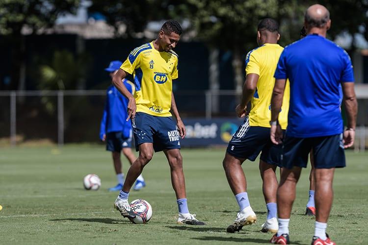 Após deixar jogo com dores, Adriano treina normalmente pelo Cruzeiro