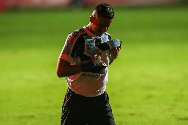 Ricardinho paga promessa após marcar no Grenal e atravessa campo de joelhos