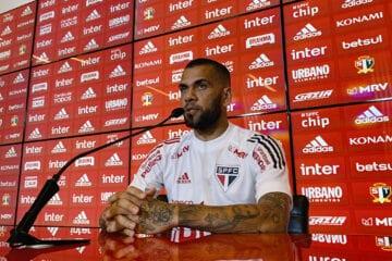 Dani Alves treina e pode reforçar o São Paulo contra Racing na Libertadores