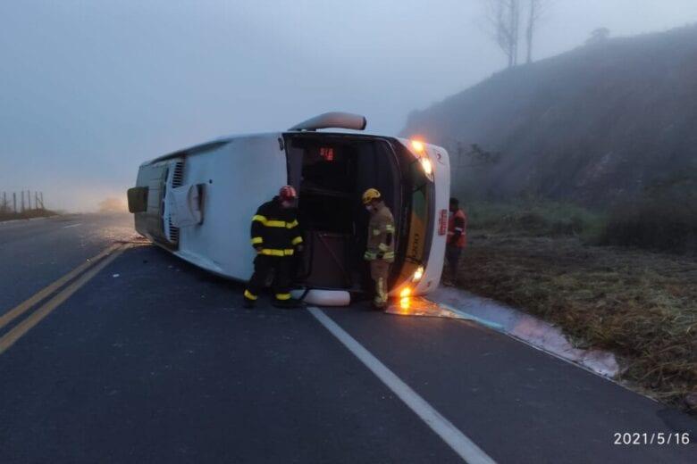 Ônibus da Gontijo tomba na BR-381; uma pessoa morre e nove ficam feridas