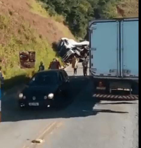 Populares saqueiam carga após acidente próximo à Capoeirana. Veja o vídeo!