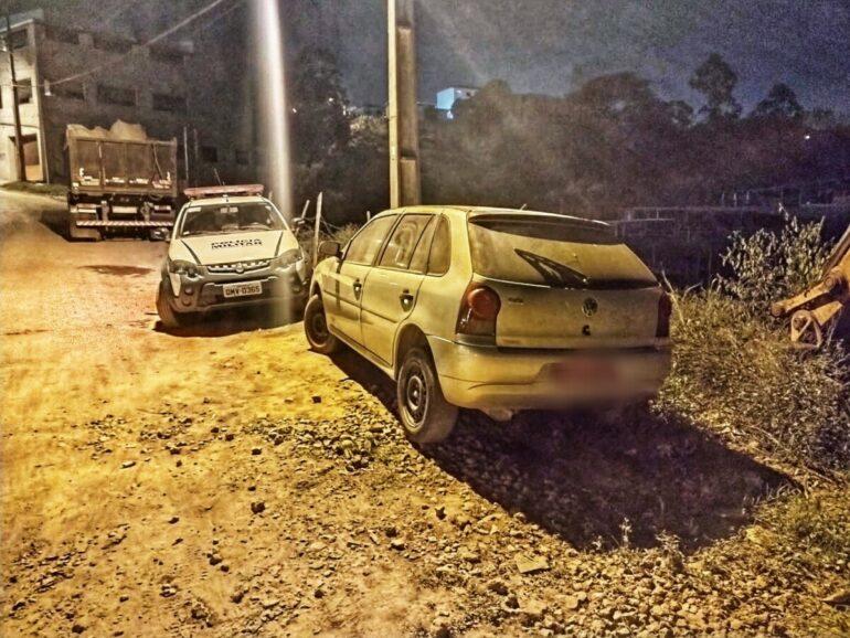 Polícia Militar acha carro roubado em Caratinga e abandonado em Monlevade