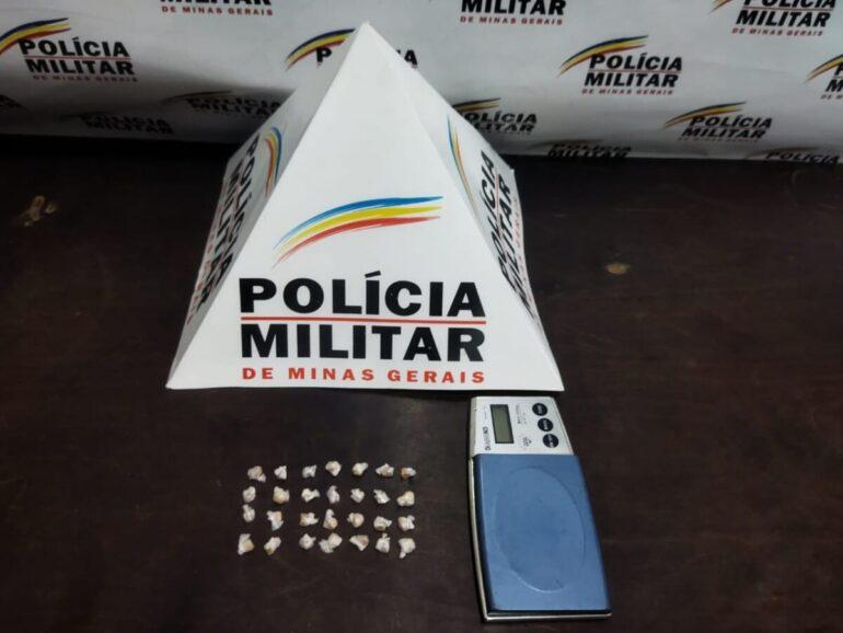 Polícia Militar apreende pedras de crack escondidas em lote vago em Santa Bárbara