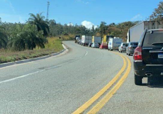 Acidente na BR-381 interdita trânsito entre Caeté e Sabará