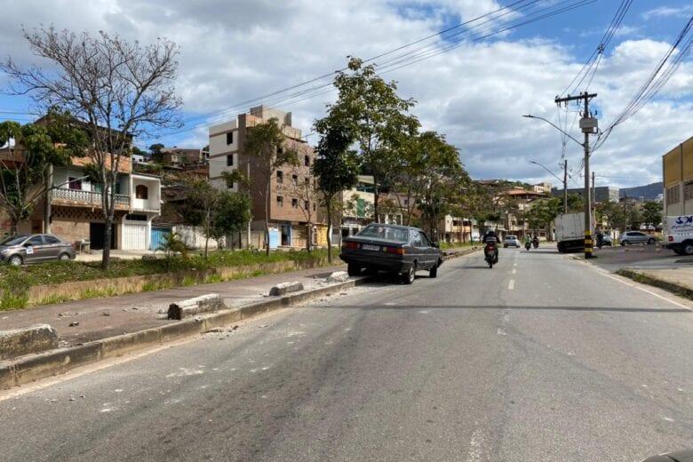 Inabilitado perde o controle e invade calçada na avenida Cristina Gazire