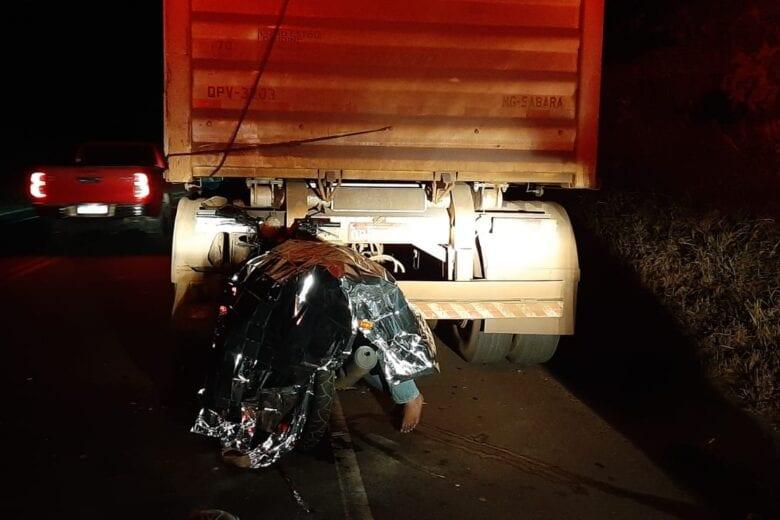Acidente grave: mulher bate com moto na traseira de carreta