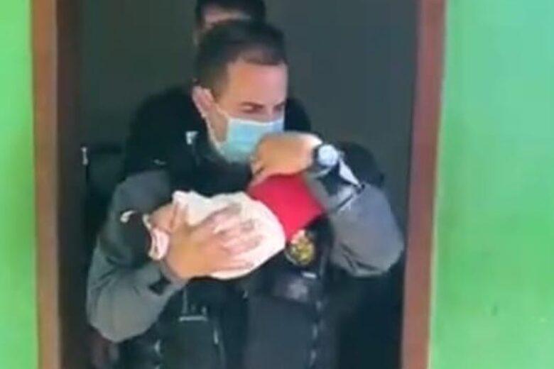 Assustador: mãe deixa bebê como garantia em boca de fumo
