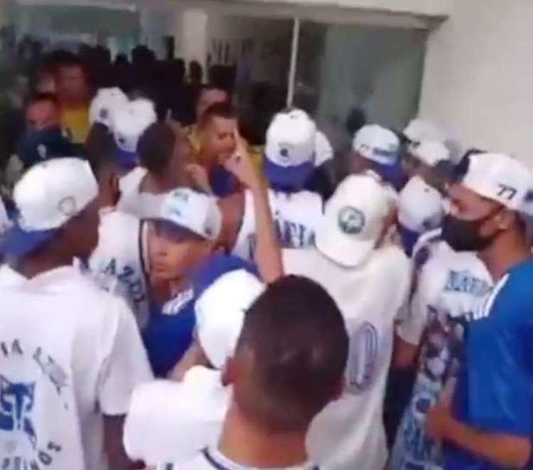 Torcida organizada do Cruzeiro, Máfia Azul, invade a Toca da Raposa II; veja o vídeo