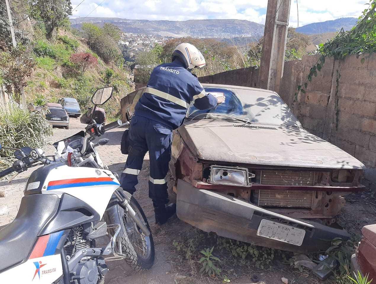 Transita realiza operação para recolher veículos abandonados nas ruas de Itabira
