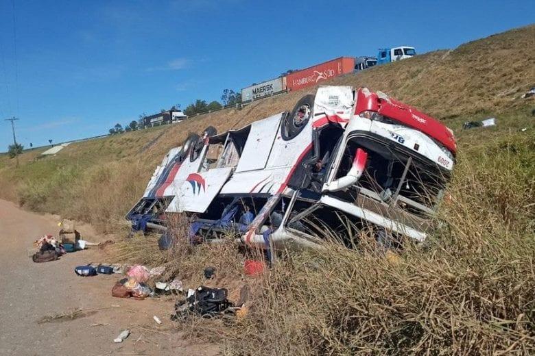 Ônibus cai em ribanceira e deixa pelo menos três mortos