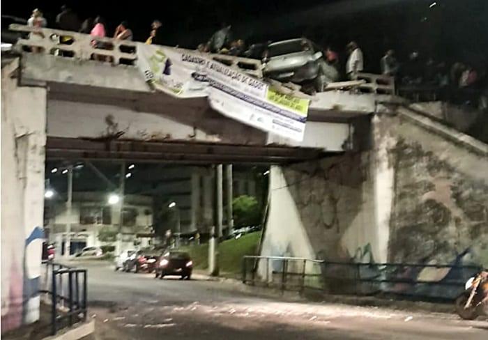 Carro fica pendurado em ponte após grave acidente em Fabriciano