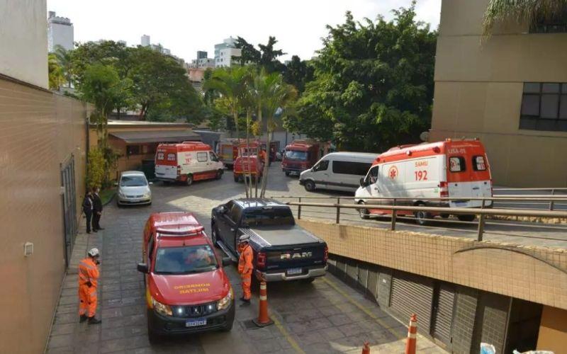 Bombeiros socorrem homem soterrado no Hotel Ouro Minas