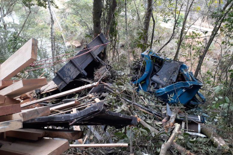 Três pessoas morrem após caminhão cair da Ponte Torta, em João Monlevade