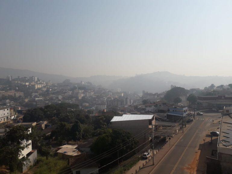 Fumaça de incêndio invade o céu nos bairros Gabiroba e Jardim dos Ipês