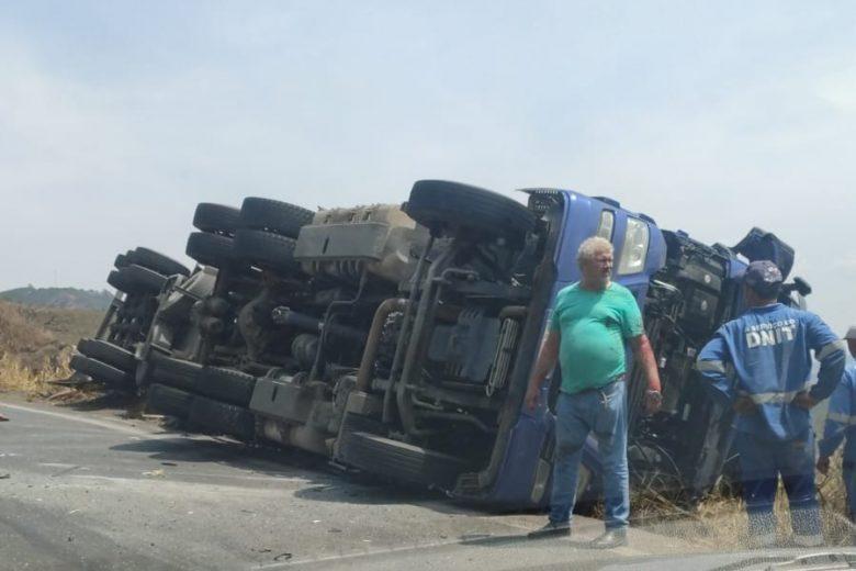 Carreta tomba e bate em carro na BR-381, em São Gonçalo