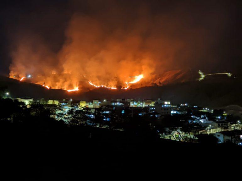 """""""Temos um efeito cascata"""", diz tenente dos Bombeiros sobre incêndios em Itabira"""
