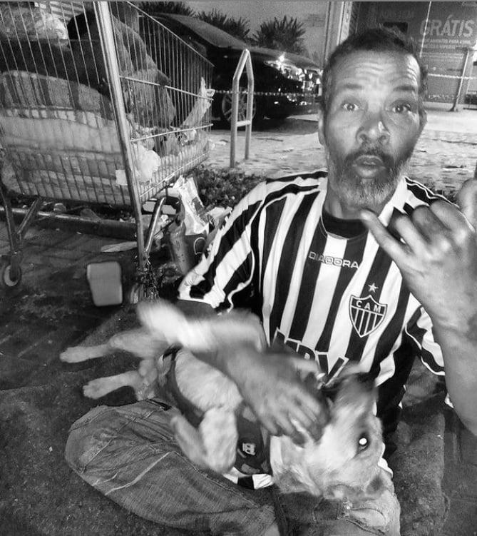 Projeto 'Galo de Rua' doa camisas do Atlético-MG para torcedores em situação de rua em BH