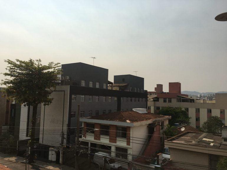 Incêndios na Região Metropolitana e baixa umidade do ar deixam céu de BH acinzentado