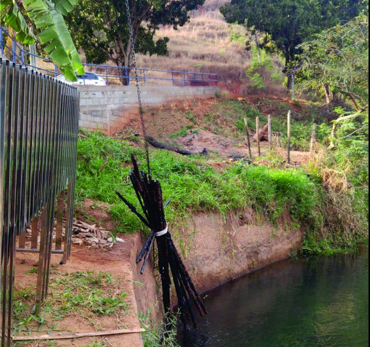 DAE troca grade de proteção em rede de captação de água em Monlevade