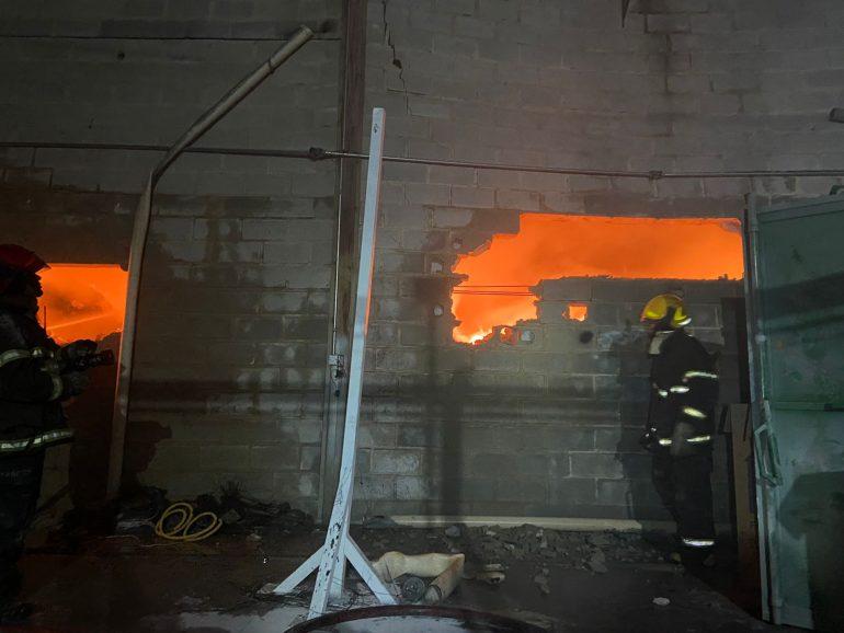 Forte incêndio destrói galpão no bairro Salgado Filho, em Belo Horizonte