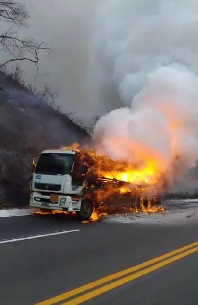 Caminhão carregado com produto perigoso pega fogo e interdita BR-381