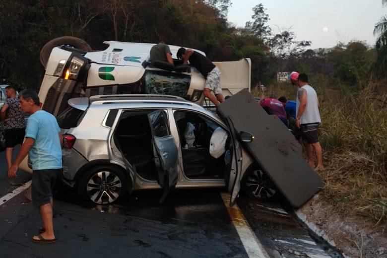 Acidente com cinco veículos, em São Gonçalo, para trânsito na BR-381