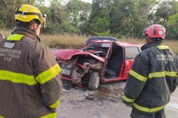 Homem fica preso às ferragens depois de acidente envolvendo três carros em Contagem