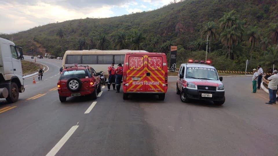 Motociclista fica ferido em colisão com micro-ônibus em Santa Bárbara