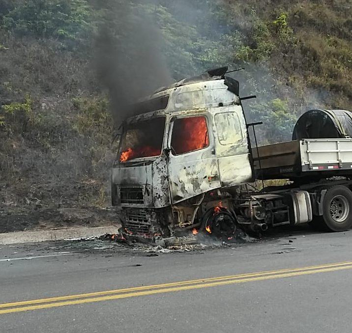 Carreta carregada com bobinas pega fogo na BR-381, em Nova Era