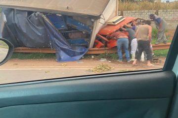 Caminhão tomba na BR-381, em Betim, e motorista fica preso às ferragens