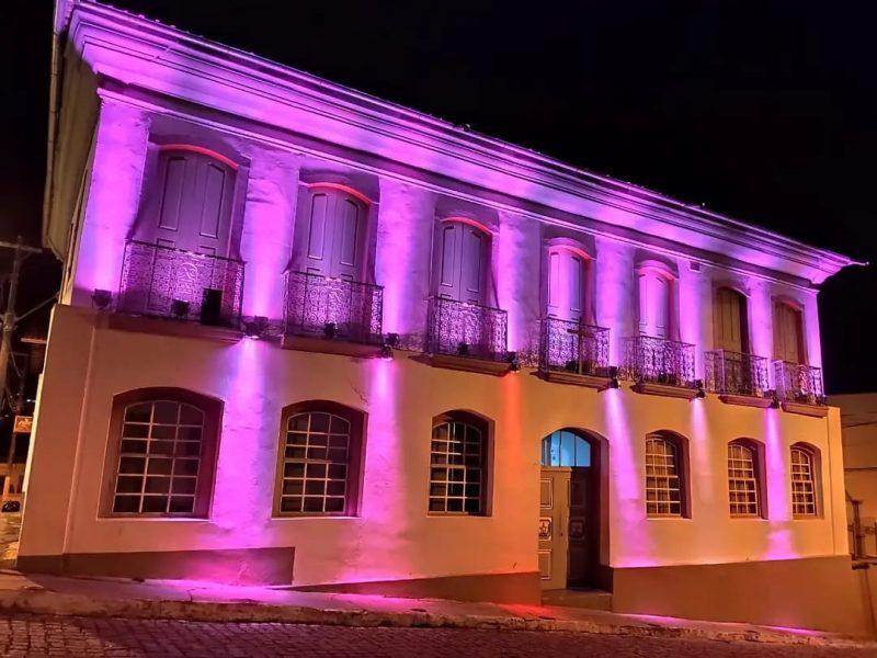 Outubro Rosa: iluminação da Prefeitura de Conceição alerta para a prevenção do câncer de mama