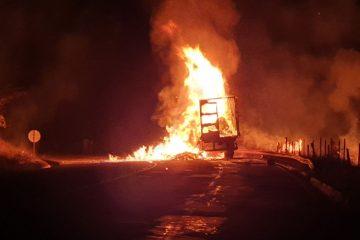 Caminhão carregado com álcool pega fogo e interdita a BR-381