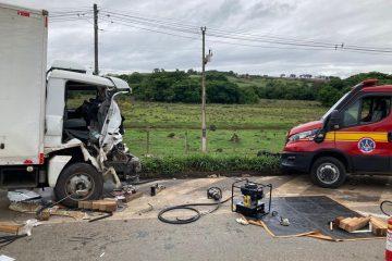 Acidente deixa vítimas presas às ferragens na BR-381, em Pouso Alegre