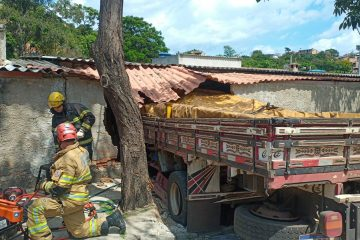 Caminhão invade casa após pane nos freios e três pessoas ficam feridas na Grande BH