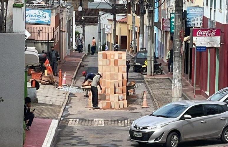 Pilha de tijolos: Prefeitura de Itabira admite equívoco sobre interdição da via