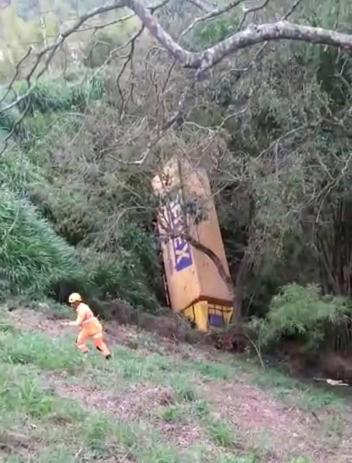 Motorista morre após cair com caminhão em ribanceira na BR-262