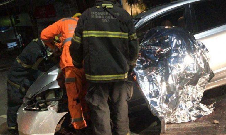 Motorista morre depois de bater o carro em poste no bairro Buritis, em BH